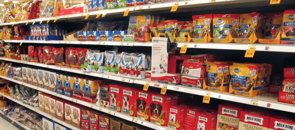Một loạt các sản phẩm thức ăn cho thú cưng trong kệ hàng