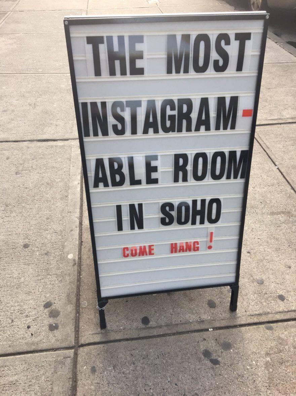 Một tấm biển bên ngoài trụ sở Soho NYC của Glossier cho biết: Phòng có khả năng instagram nhất ở Soho. Đến treo đi!